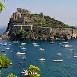 Ischia, pulizia della scogliera del Ischia, castello Aragonese; al lavoro volontari stranieri e associazioni locali